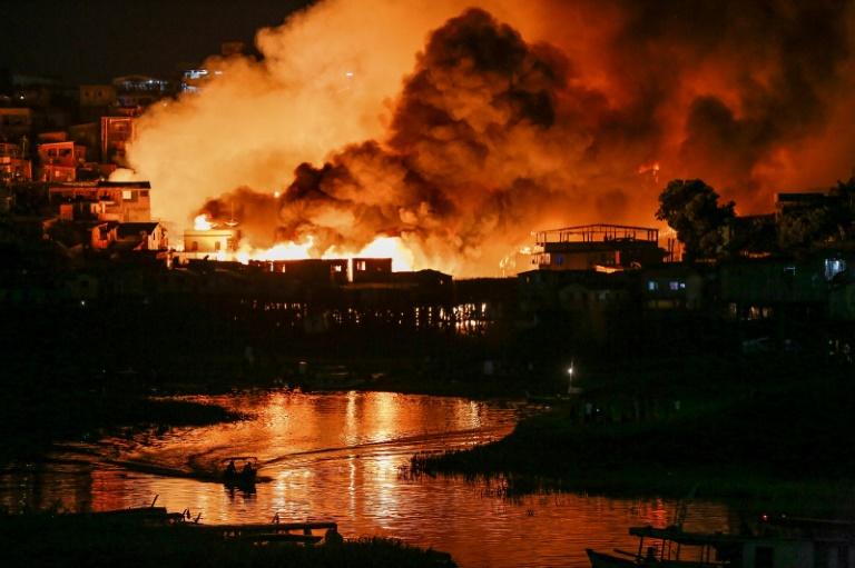 Incendio consume al menos 600 casas en Manaos, Brasil